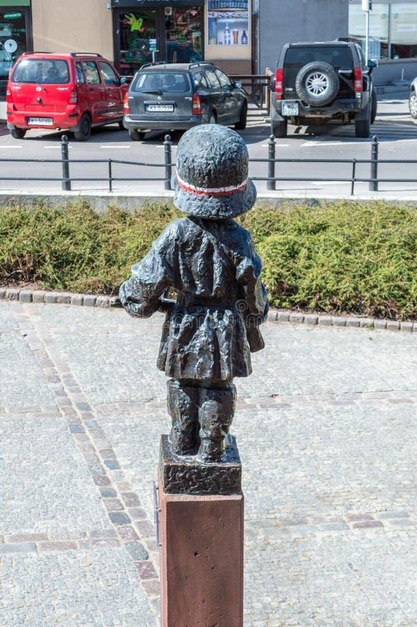 De retour de la petite statue d'insurgé pour commémoratif des soldats d'enfant qui ont combattu et sont morts pendant le soulèvem image stock