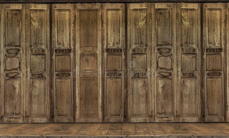 De retro stijldeur Thaise stijl uitstekende houten deur stock foto's
