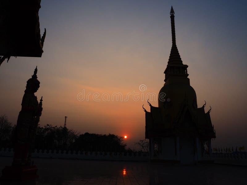De reus en de pagode in maatregel, zonsondergang Dit is traditionele stock foto's