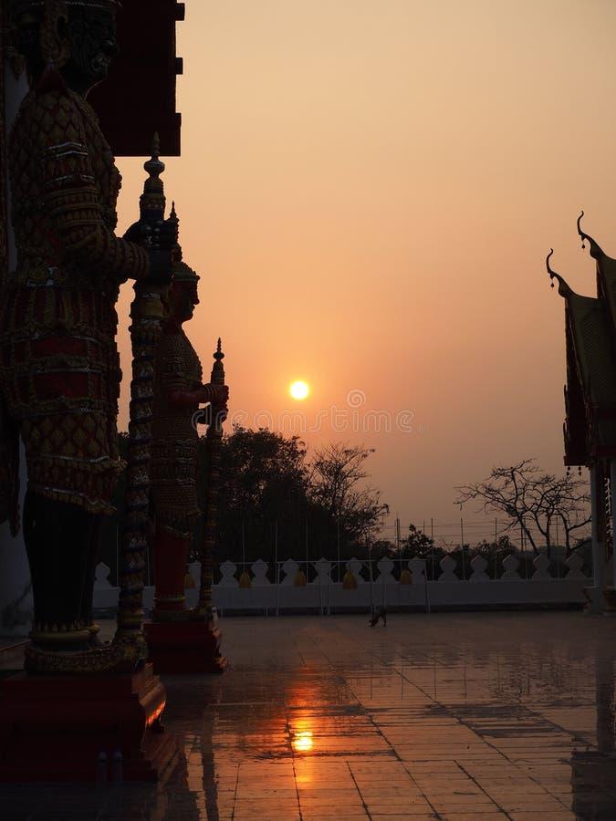 De reus in maatregel, zonsondergang Dit is traditionele andgeneric st stock afbeeldingen