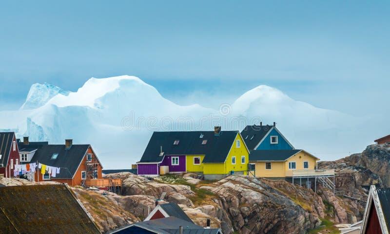 De reusachtige ijsbergen liepen op de kusten van de stad van Iulissat, Gr. vast stock foto's