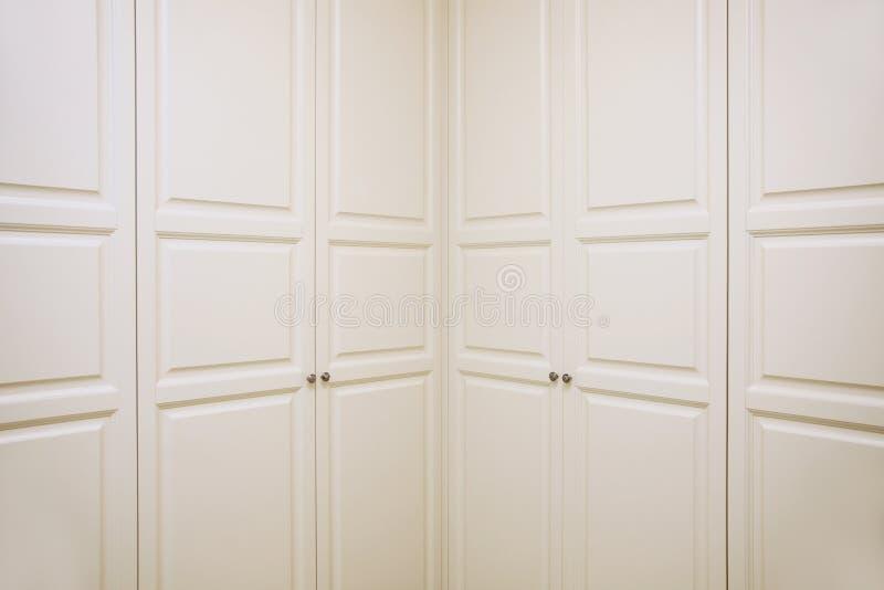 De reusachtige kast in de muur, kleurt beige met dubbele deuren royalty-vrije stock afbeeldingen