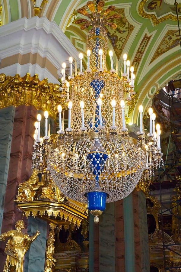 De reusachtige kroonluchter in Peter en Paul Cathedral stock fotografie