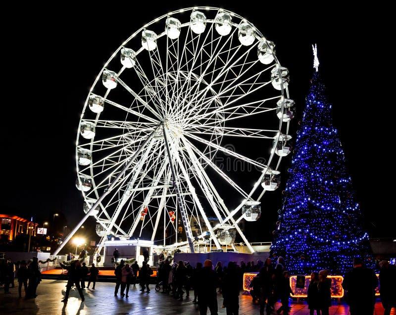 De reusachtige openlucht verlichte Kerstboom met ferris rijdt op achtergrond in Bournemouth, Dorset, het UK royalty-vrije stock fotografie