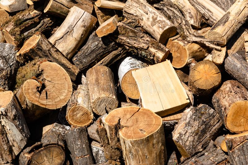 De reusachtige stapel van bruin die brandhout maakte van bomen bij de werf in het dorp worden geregeld royalty-vrije stock foto's
