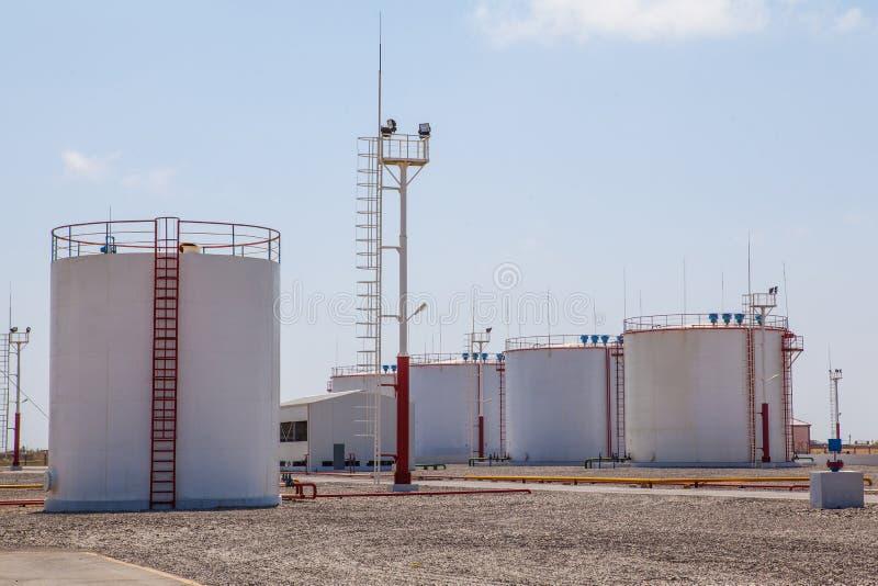De reusachtige tanks van de olieopslag stock afbeeldingen