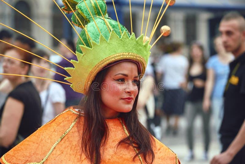 De Reuzebloemen, van het B-Pasvorm het Internationale Festival Straattheater, royalty-vrije stock foto's