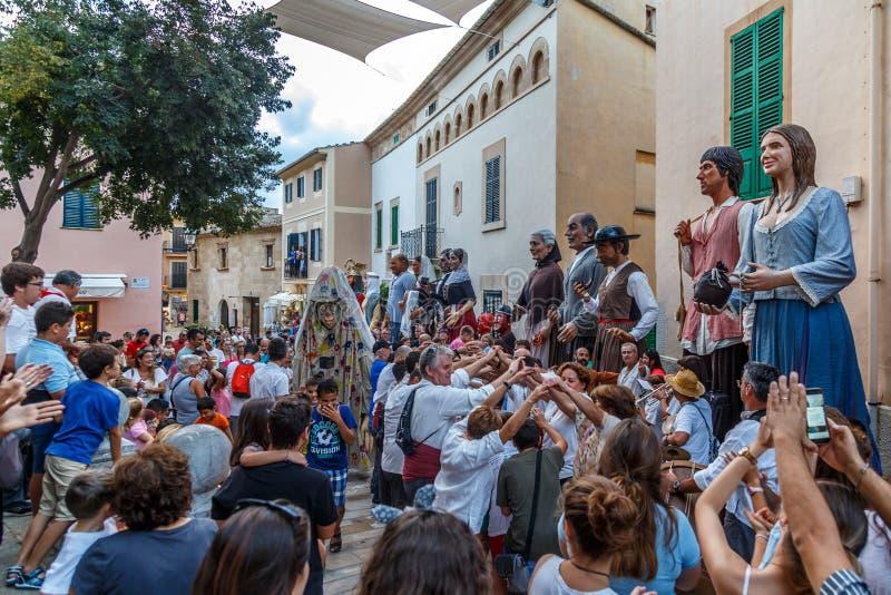De reuzen paraderen in Alcudia