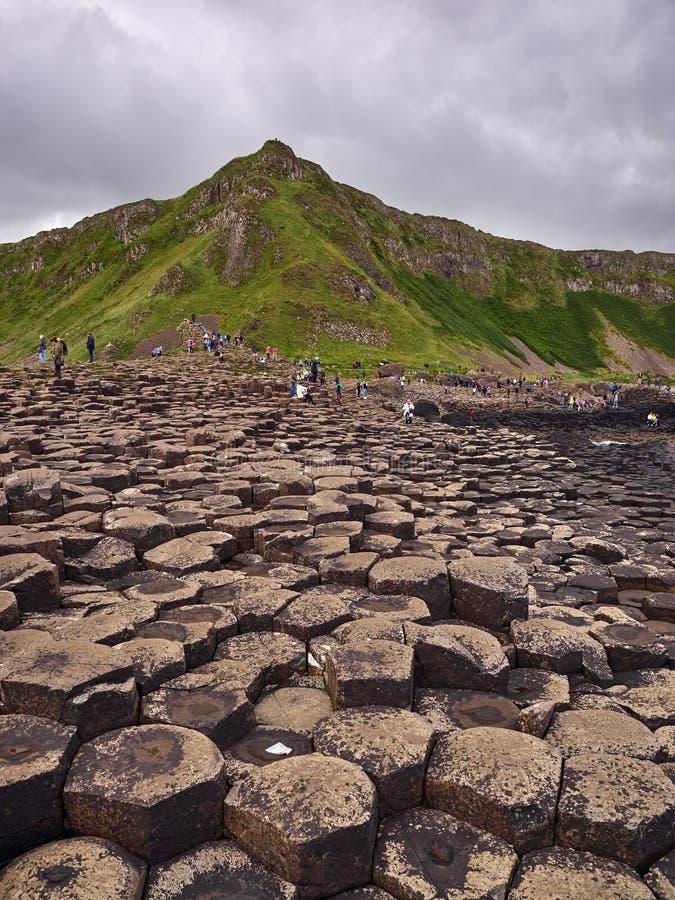 De reuzeverhoogde weg van ` s, Antrim, Noord-Ierland stock afbeeldingen