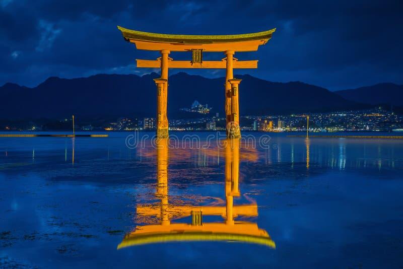 De reuzevlotter van de toriipoort op het water bij schemer royalty-vrije stock afbeelding