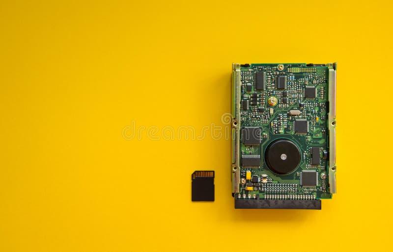De revolutie van de apparaten van het technologiegeheugen op een gele achtergrond, concept stock foto