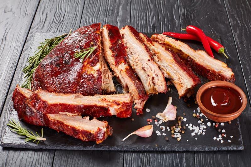 De ribben van het barbecuevarkensvlees vallen van de beenderen royalty-vrije stock afbeeldingen