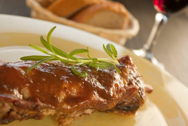 De ribben van het kalfsvlees met saus royalty-vrije stock foto
