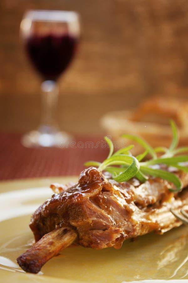 De ribben van het kalfsvlees met saus stock foto