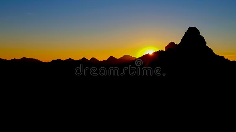 De richelsihouette van de zonsondergangberg royalty-vrije stock foto