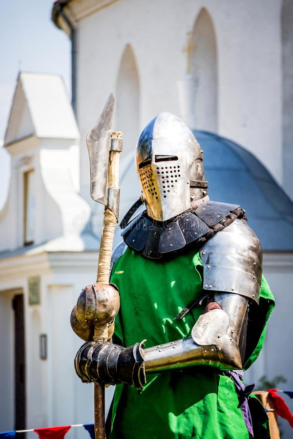 De ridder in een gevechtspantser vóór begint met de slag _ royalty-vrije stock foto
