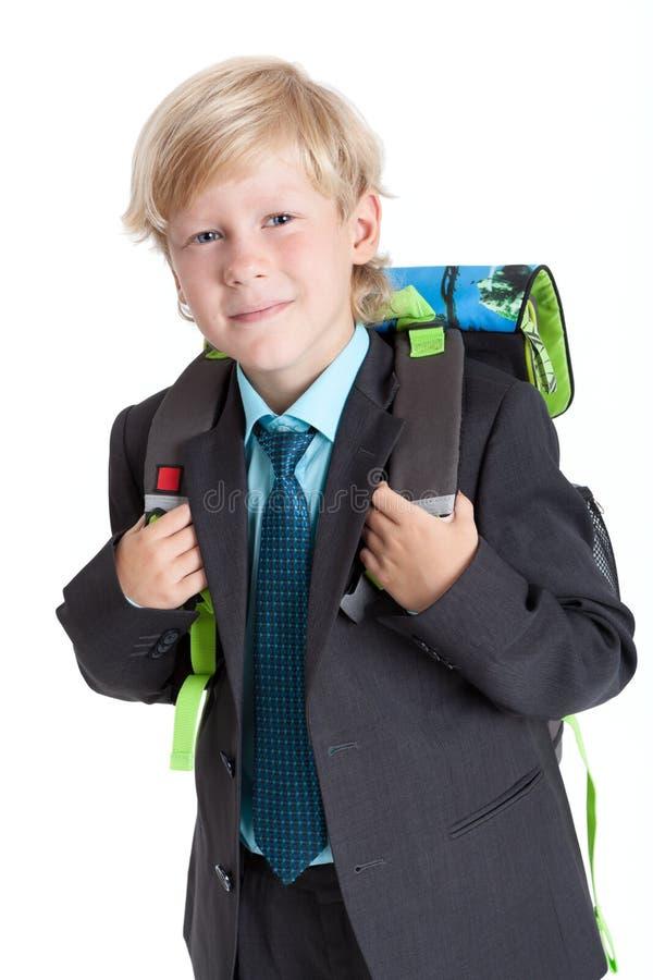 De riemen die van de schooljongenholding van schooltas, cameraportret bekijken, isoleerden witte achtergrond stock afbeeldingen
