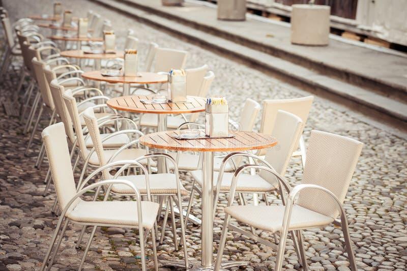De Rij van à ` van kleine lijsten met stoelen in open koffie royalty-vrije stock afbeelding