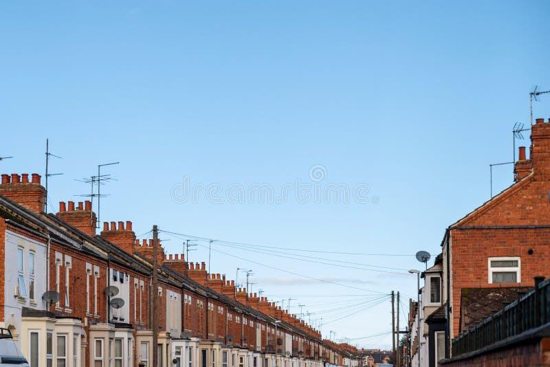 De rij van de dagmening van typische Engelse huizen in Northampton stock foto