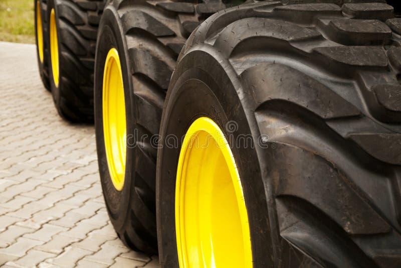 De rij van grote gele vrachtwagen rijdt achtergrond royalty-vrije stock foto