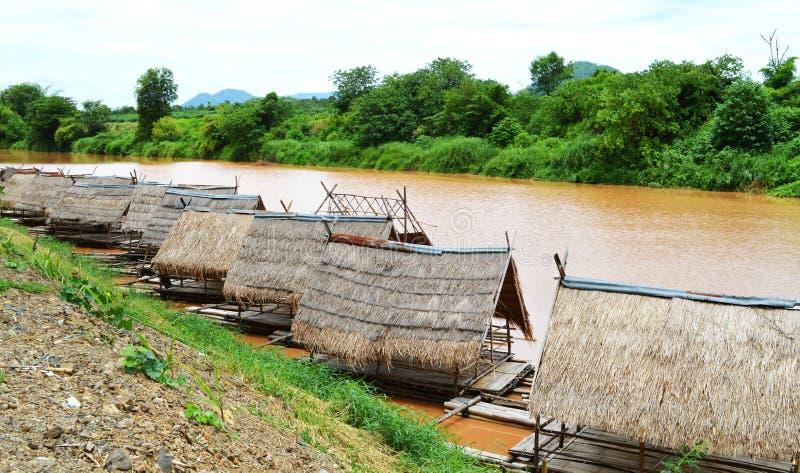 De rij van het bamboehuis op de rivier stock afbeelding