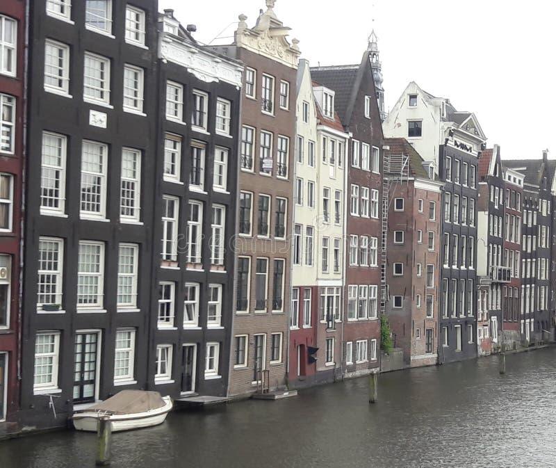De rijhuizen van Amsterdam op watervoorzijde stock foto