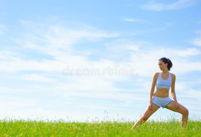 Download De Rijpe Atleet Van De Vrouw Stock Afbeelding - Afbeelding bestaande uit wolken, oefening: 10783757