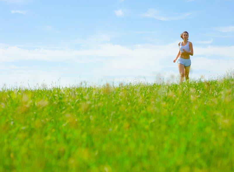 Download De Rijpe Atleet Van De Vrouw Stock Afbeelding - Afbeelding bestaande uit actief, landschap: 10783815