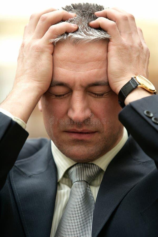 De rijpe gefrustreerde ongerust makende zakenman heeft een probleem royalty-vrije stock foto