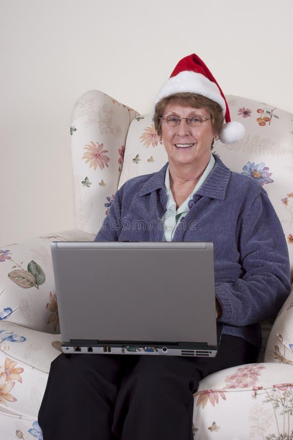 De rijpe Hogere Laptop van Kerstmis van de Vrouw Hoed van de Kerstman royalty-vrije stock fotografie