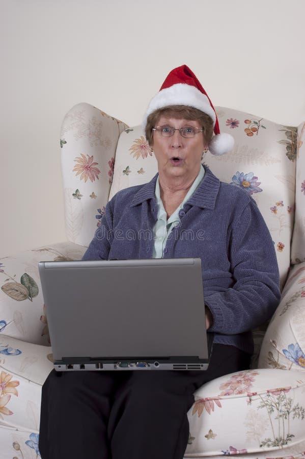 De rijpe Hogere Laptop van Kerstmis van de Vrouw Hoed van de Kerstman royalty-vrije stock foto's