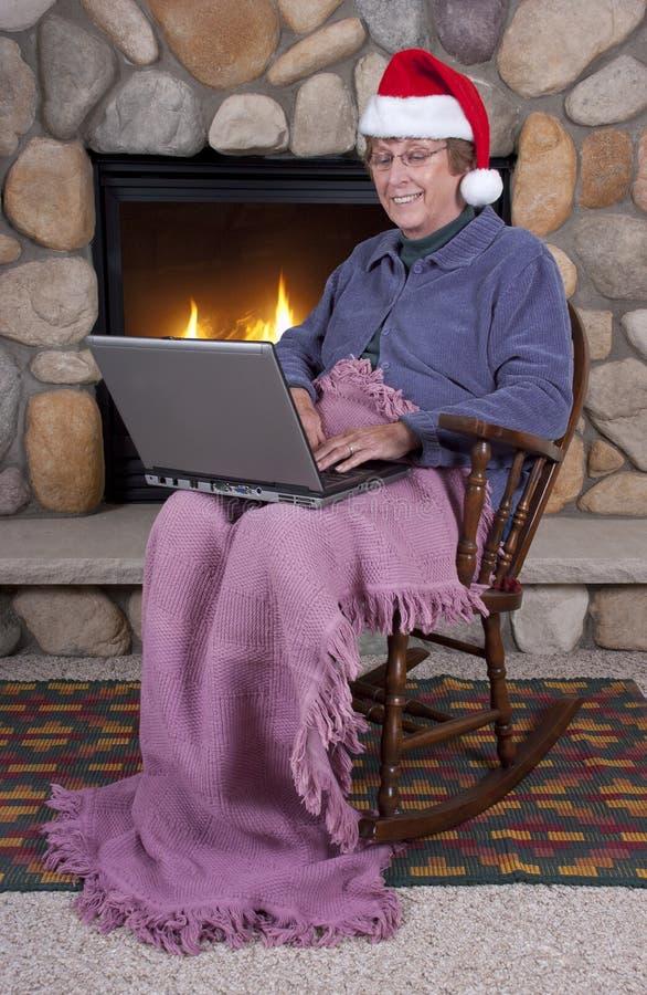 De rijpe Hogere Laptop van Kerstmis van de Vrouw Hoed van de Kerstman royalty-vrije stock foto