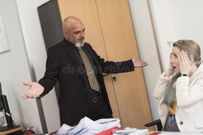 De rijpe man berispt en doet leunen jonge vrouw royalty-vrije stock afbeelding