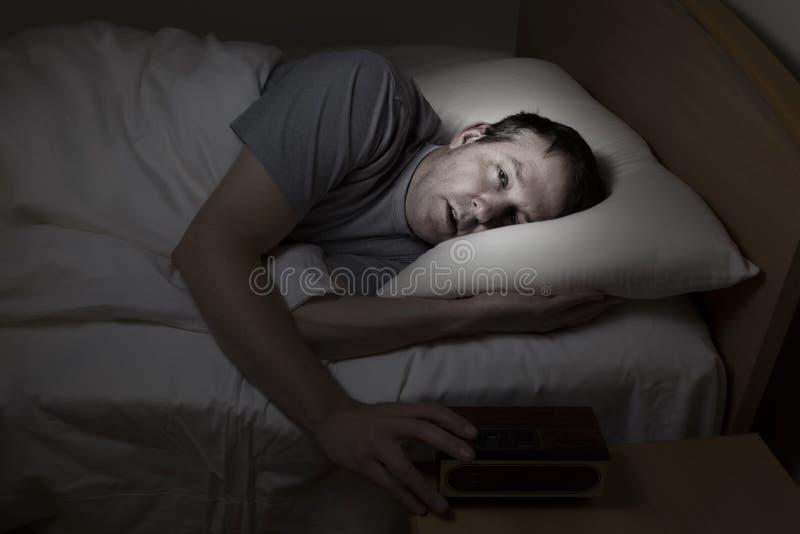 De rijpe mens kan niet aan slaap krijgen stock afbeeldingen