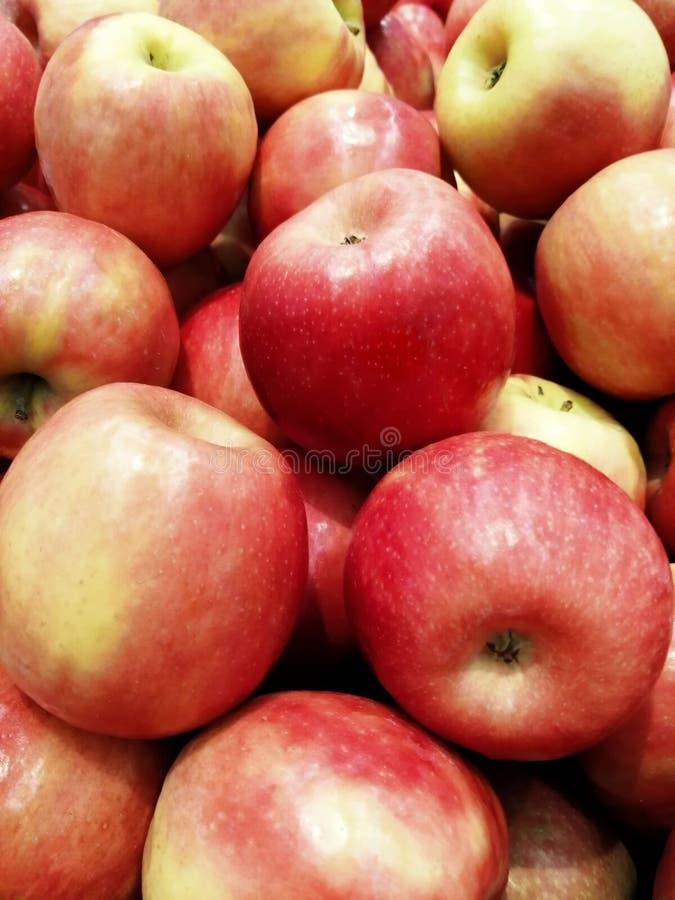, de rijpe rode verscheidenheden van een winkelvenster van appelen, een gezonde levensstijl in de zomer, vele appelen royalty-vrije stock afbeelding