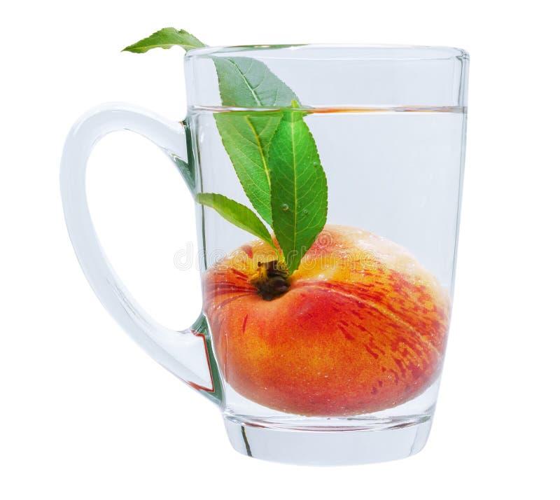De Rijpe Sappige Perzik van het ontwerpelement in Glaskop met Water dat op Witte Achtergrond wordt geïsoleerd royalty-vrije stock afbeelding