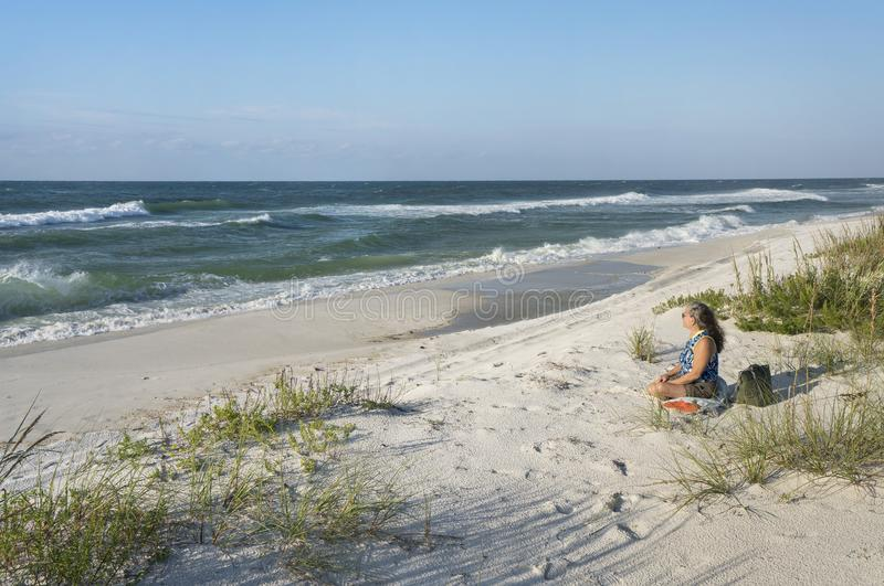 De rijpe Vrouw begroet een Nieuwe Dag op het Oorspronkelijke Strand van Florida stock afbeelding