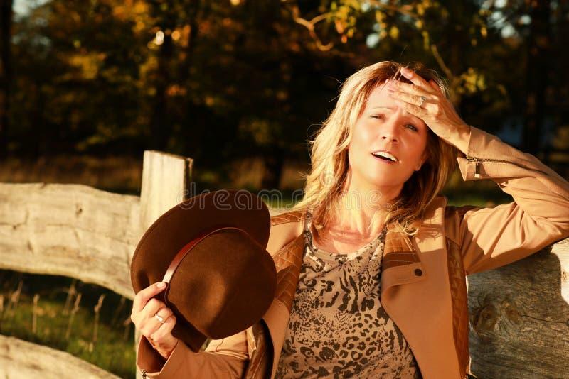 De rijpe vrouw breekt binnen aan een zweet uit openlucht stock afbeeldingen