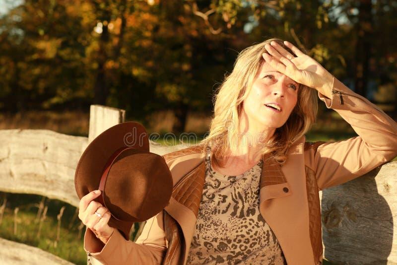 De rijpe vrouw breekt binnen aan een zweet uit openlucht royalty-vrije stock afbeeldingen