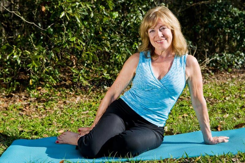 De rijpe Yoga van de Vrouw royalty-vrije stock fotografie