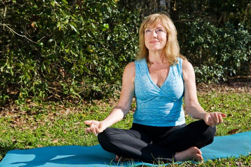 De rijpe Yoga van de Vrouw met Copyspace stock fotografie
