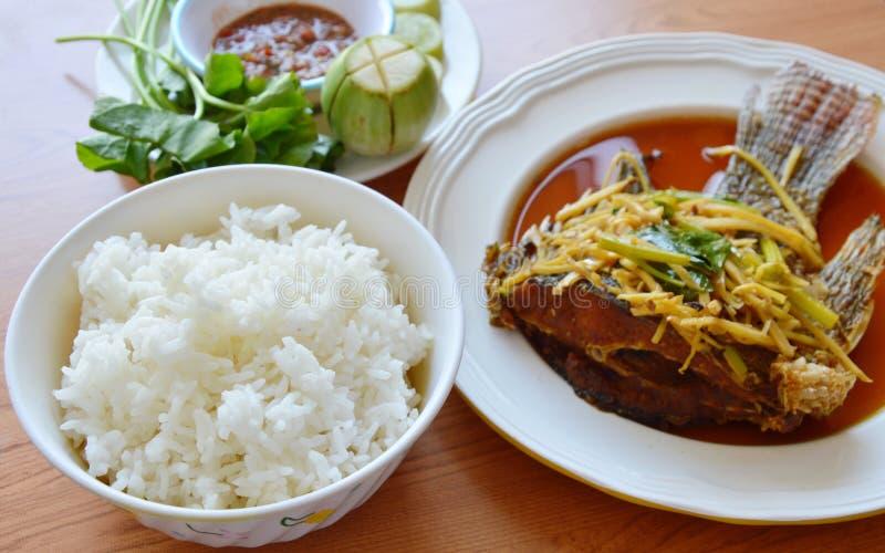 De rijst eet paar met gebraden mangovissen het kleden zich gembersojasaus en de kruidige saus van het garnalendeeg royalty-vrije stock fotografie