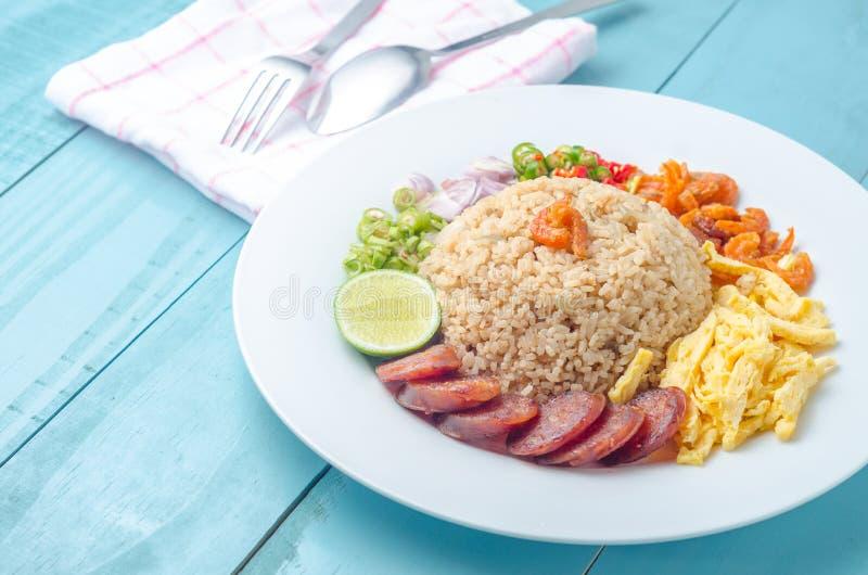 De rijst kruidde met Garnalendeeg, Thais voedsel op witte schotel over wo stock afbeeldingen