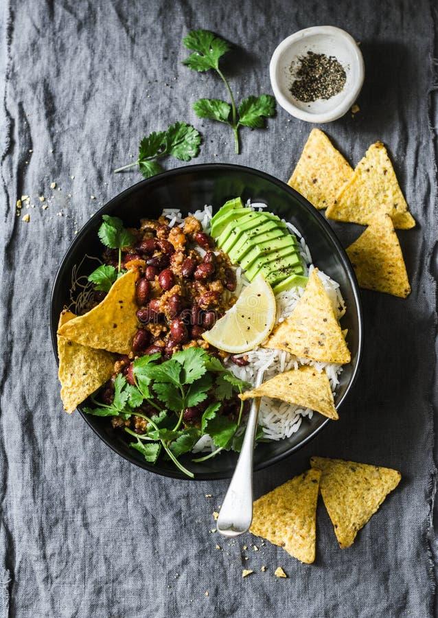 De rijst met kruidig bonenrundvlees hakte met graanspaanders fijn op een grijze achtergrond, hoogste mening Mexicaans stijlvoedse stock afbeeldingen