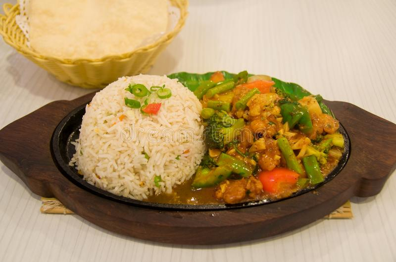 De rijst met vlees en de groente bewegen gebraden gerecht Aziatische keukenmaaltijd stock foto's