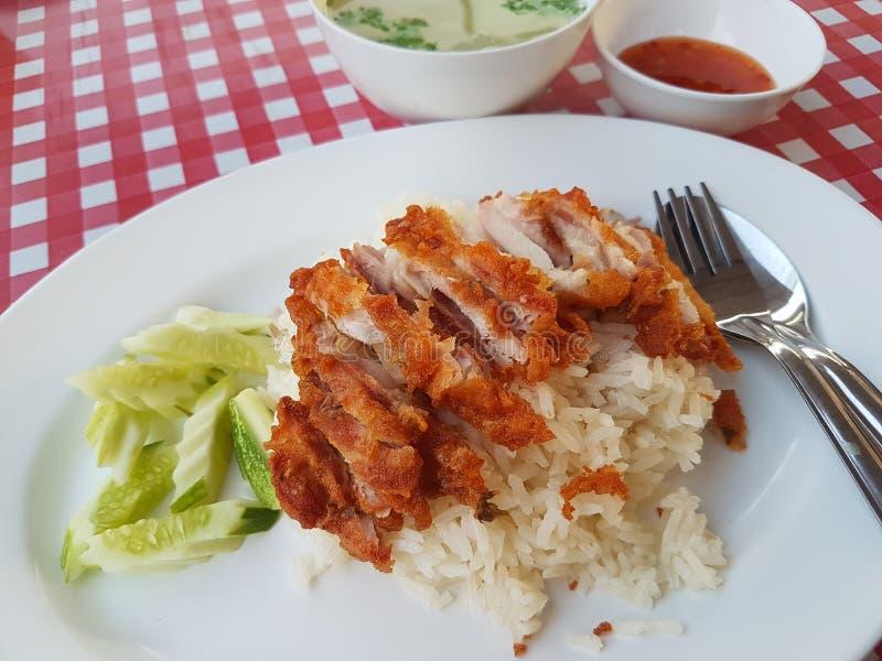 De rijst stoomde met Gebraden kip op roze witte netlijst & x28 als achtergrond; Hainanese Geroosterde kip rice& x29; royalty-vrije stock afbeelding
