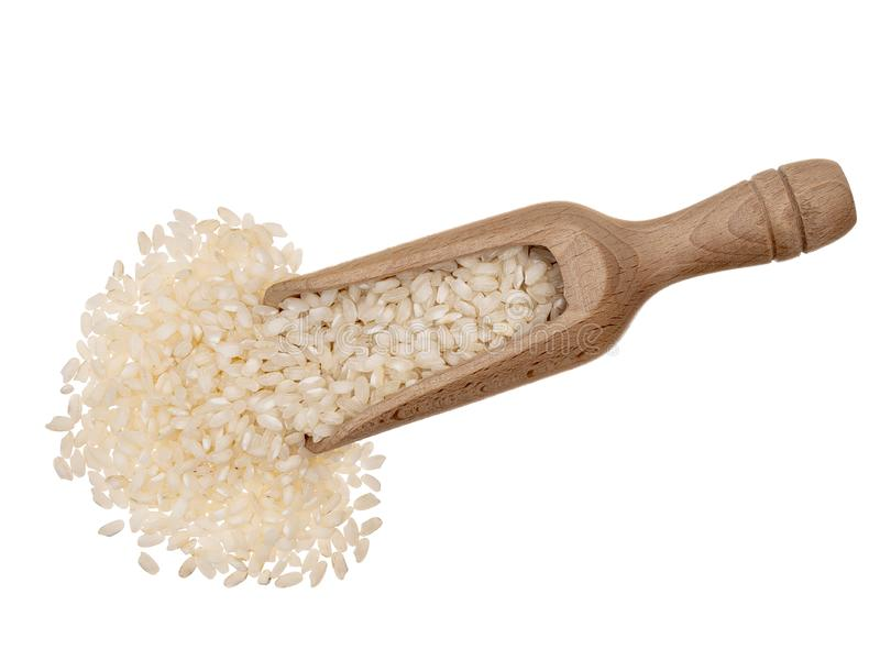 De rijst van breedlopendrisotto, met houten lepel, die op witte achtergrond wordt geïsoleerd stock foto's