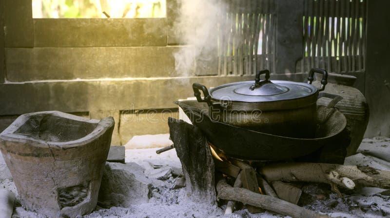 De rijst van de dorpskeuken het koken royalty-vrije stock afbeelding