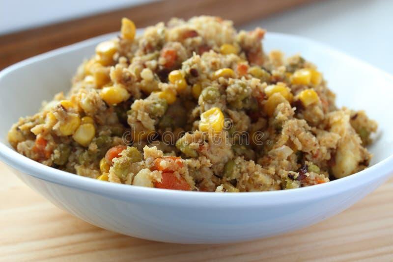 De rijst van de veganistbloemkool met groenten stock foto