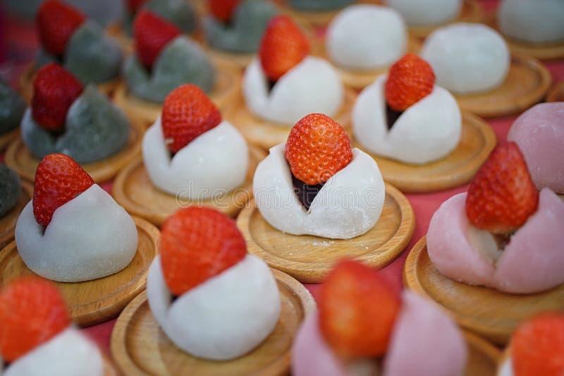 De rijstcake van aardbeimochi Sluit omhoog van Dessertfruit en rijstcake op houten schijf in Japan Mochi van Japan De straatvoeds royalty-vrije stock afbeelding